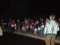 Děti si přinesly svítící lampiony