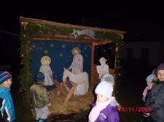 Děti obdivují betlém vMladějovicích