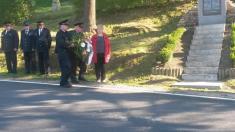 Mladějovičtí hasiči přinášejí věnec kpamátníku padlých