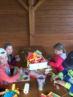 Děti si vyrábějí draky