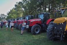 Traktory zemědělských firem posloužily kdalšímu přesunu doMladějovic