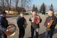 Průvod doprovázela kapela pana Menšíka