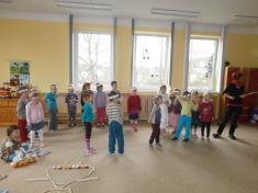 Příprava předčertovským tanečkem.