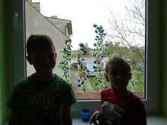 Ondrášek seŠimůnkem ajejich okno plné květů.
