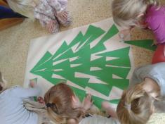 Vánoční papírový strom - kolektivní práce.