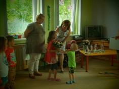 Nelinka nemohla dárečky unést atak jí přispěchal napomoc její mladší bráška Honzík.