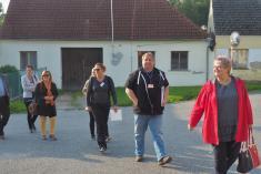 Starostka přivádí komisi kmladějovické škole